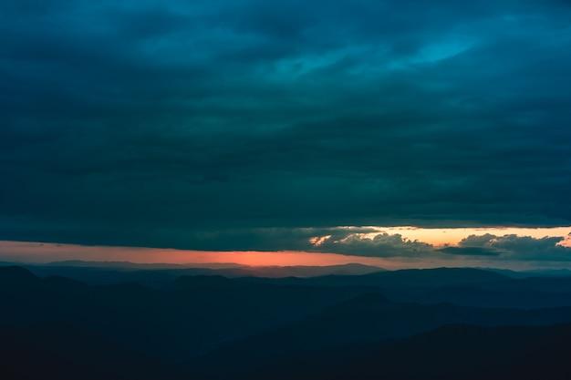 A nuvem chuvosa acima da bela paisagem montanhosa