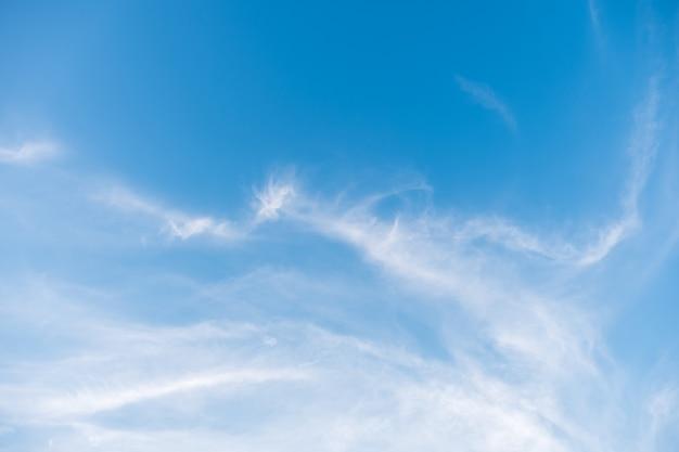 A nuvem macia está flutuando no céu azul claro.