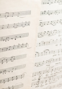 A obra do compositor folk uzbeque folha de papel vintage com notas musicais manuscritas