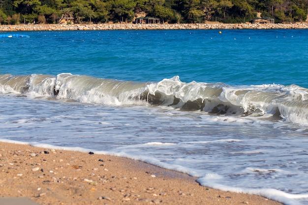 A onda luta pela costa. um surf no mar mediterrâneo. a costa da turquia