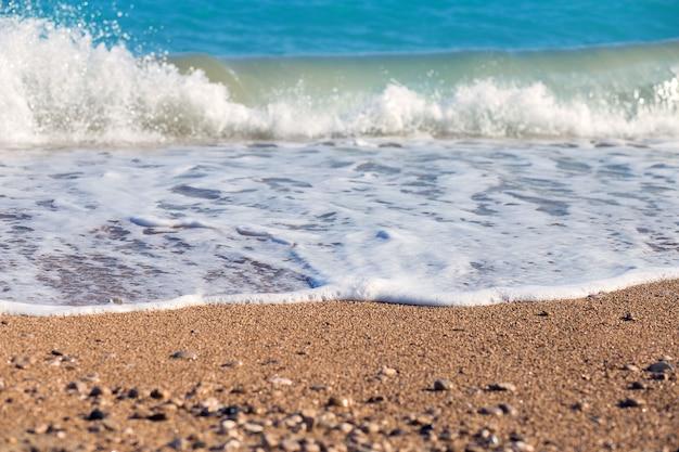 A onda luta pela costa. um surf no mar mediterrâneo.
