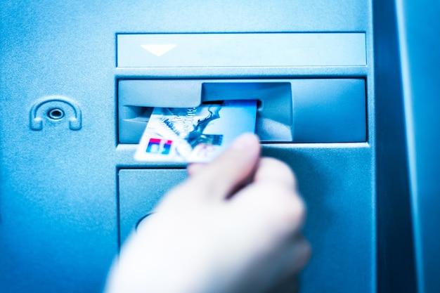 A operação do cartão de crédito é usada no caixa eletrônico do banco