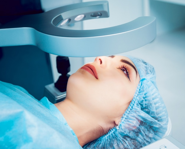 A operação no olho. cirurgia de catarata.