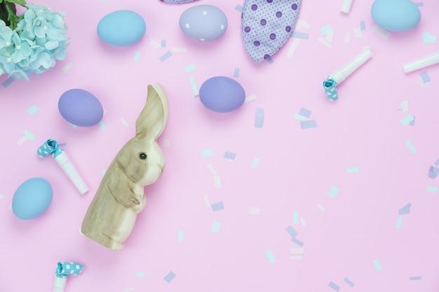A opinião de tampo da mesa disparou do fundo feliz do feriado da páscoa das decorações.
