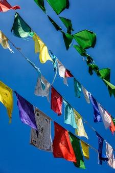 A oração budista sinaliza lunga em mcleod ganj himachal pradesh, índia