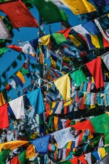 A oração budista sinaliza lunga em mcleod ganj himachal pradesh, índia Foto Premium