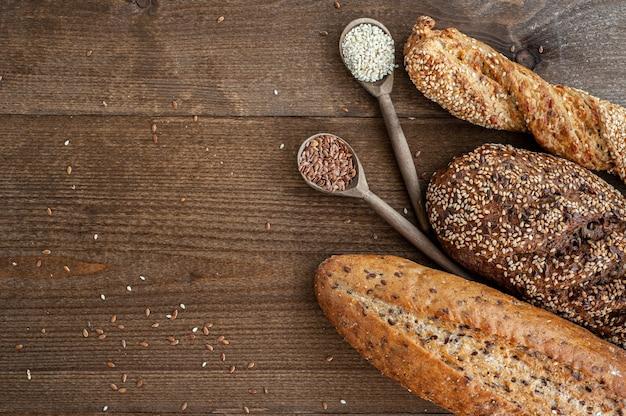 A padaria vários pães frescos com uma crosta crocante polvilhada