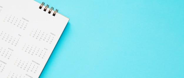 A página do calendário fecha no fundo azul planejamento de negócios, nomeação, conceito de reunião