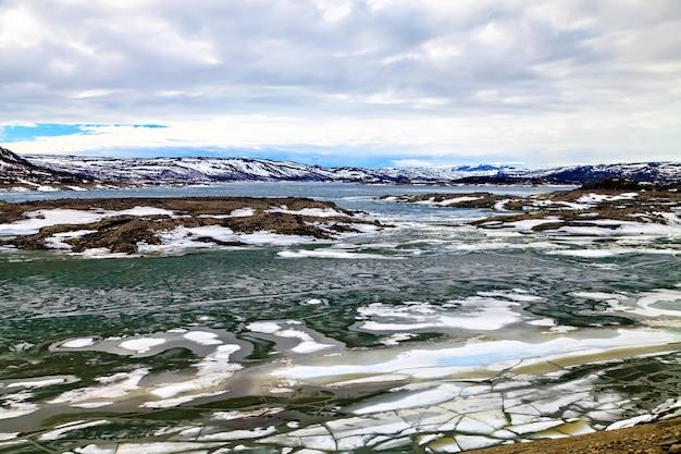 A paisagem colorida: montanhas e lago congelado