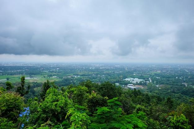 A paisagem da cidade de chiang mai em um dia chuvoso, o céu é brilhante.