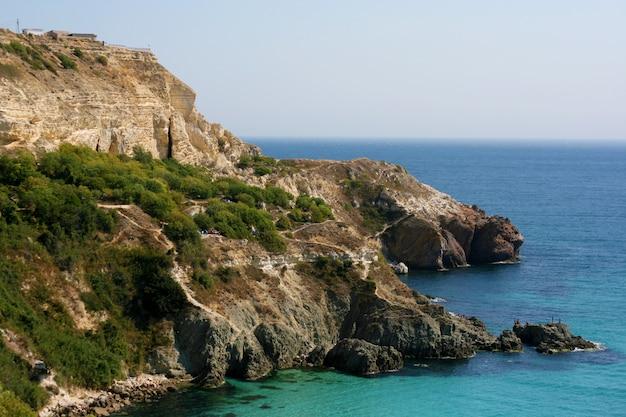 A paisagem da costa rochosa do mar negro.
