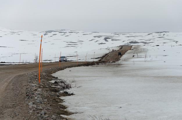 A paisagem da tundra está coberta de neve no final do inverno no caminho de murmansk para teriberka. rússia.