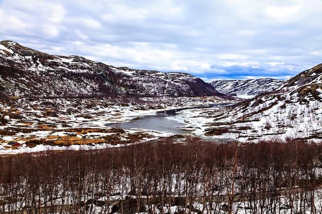 A paisagem do inverno norueguês: montanha e lago