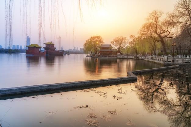 A paisagem do lago daming em jinan ao pôr do sol