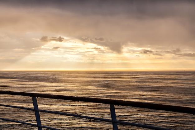 A paisagem do mar do norte ao entardecer de um navio