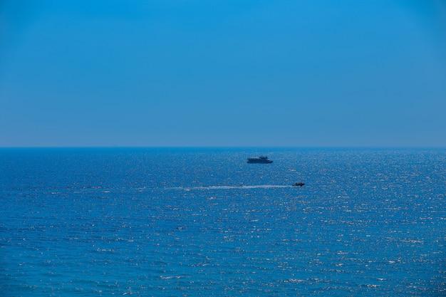 A paisagem marinha. iate no horizonte do mar