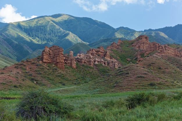 A paisagem montanhosa do planalto de assy é o cazaquistão