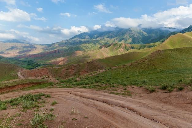 A paisagem montanhosa do planalto de assy é uma estrada de terra montanhosa do cazaquistão