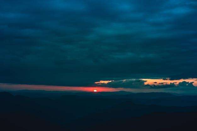 A paisagem montanhosa no fundo do belo nascer do sol