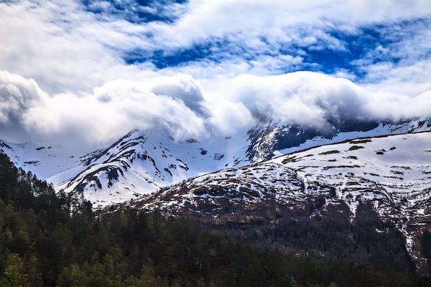 A paisagem norueguesa: montanhas nevadas nas nuvens