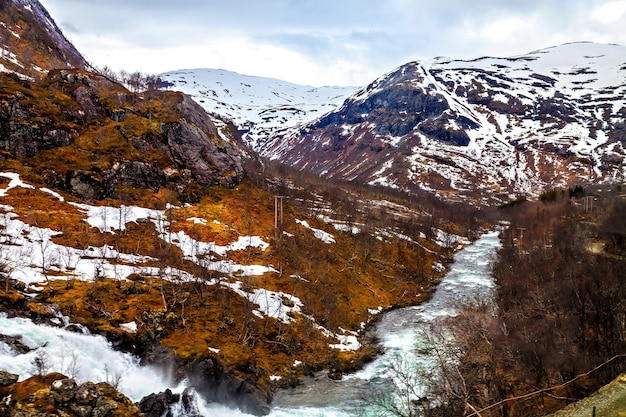 A paisagem norueguesa: rio fluindo entre montanhas