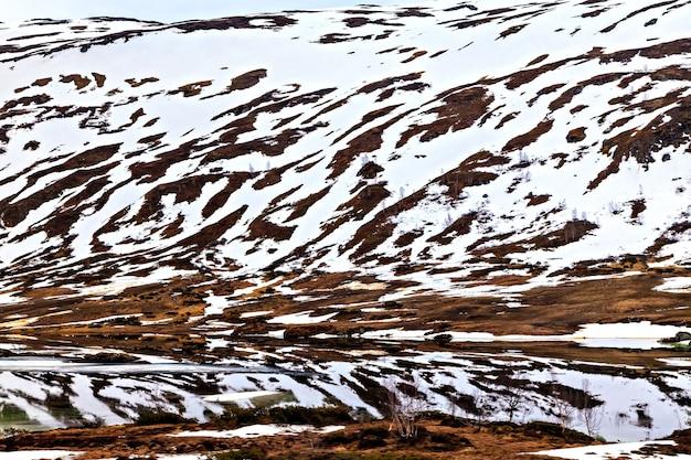 A paisagem norueguesa: superfície nevada da montanha