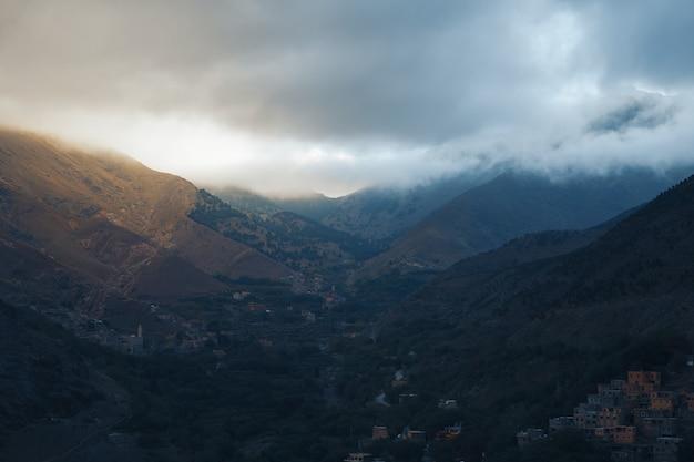 A paisagem nublada da natureza com as montanhas do atlas marroquino