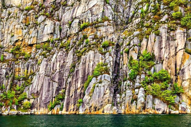 A paisagem pitoresca de rochas, árvores e mar