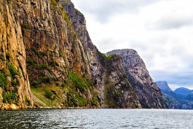 A paisagem pitoresca: rochas, árvores e mar