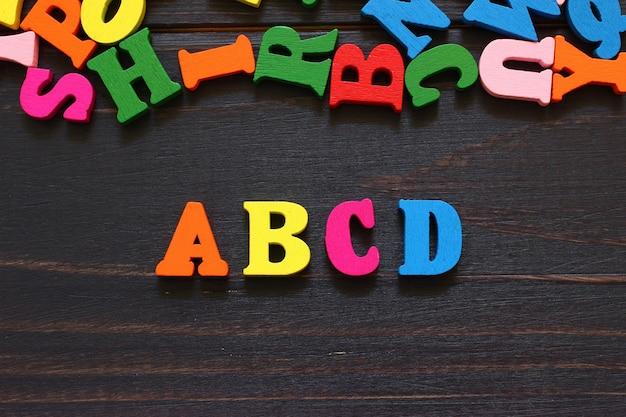 A palavra abcd com letras coloridas