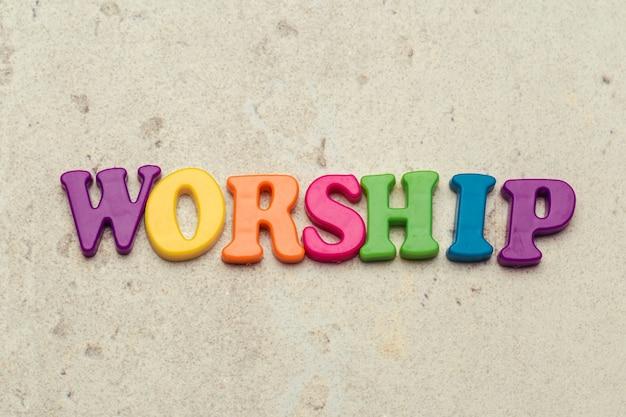 A palavra adoração escrita em letras coloridas de plástico