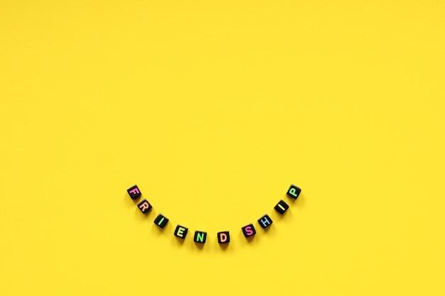 A palavra amizade de cubos com letras multicoloridas