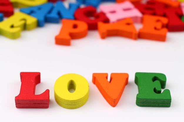 A palavra amor com letras coloridas