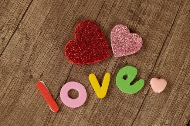 A palavra amor e corações