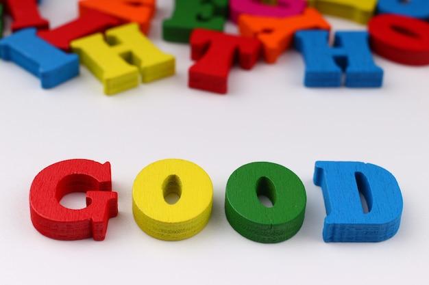 A palavra boa com letras coloridas