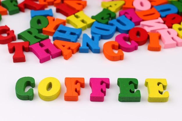 A palavra café com letras coloridas
