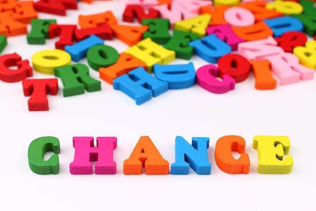 A palavra chance com letras coloridas