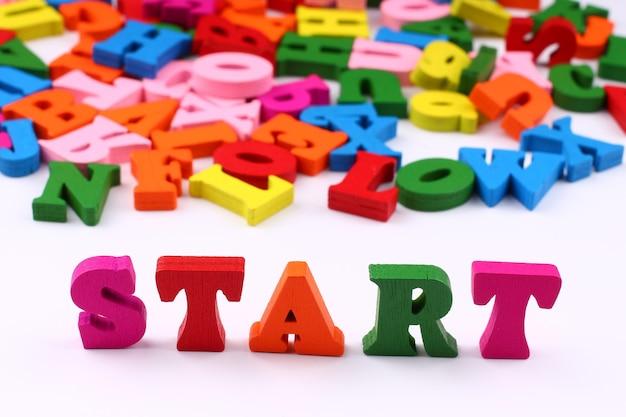 A palavra começa com letras coloridas