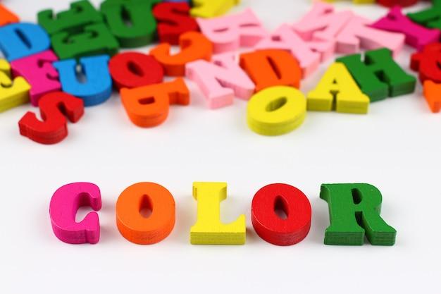 A palavra cor com letras coloridas