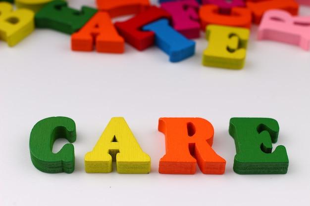 A palavra cuidado com letras coloridas