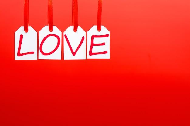 A palavra de amor é escrita nas marcas brancas sobre fundo vermelho.