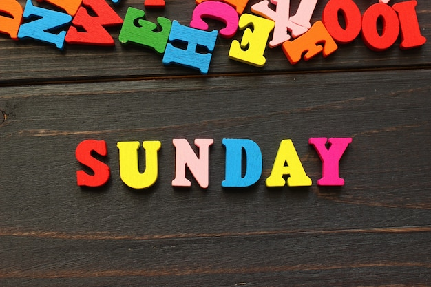 A palavra domingo com letras coloridas