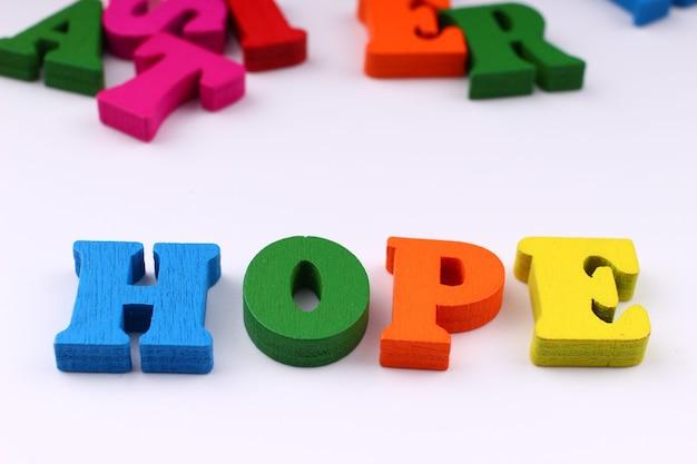 A palavra esperança com letras coloridas