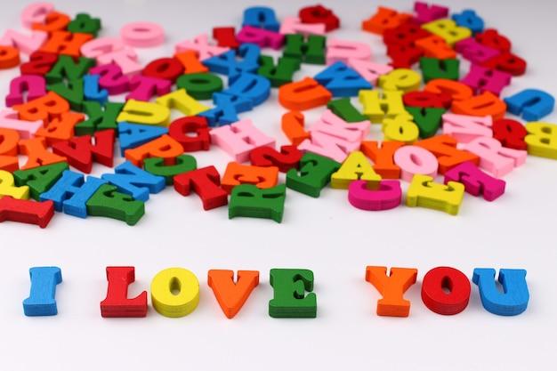 A palavra eu te amo com letras coloridas