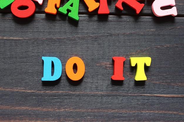 A palavra faça isso com letras coloridas