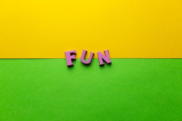 A palavra feita de letras multicoloridas de madeira letras espalhadas em um fundo colorido