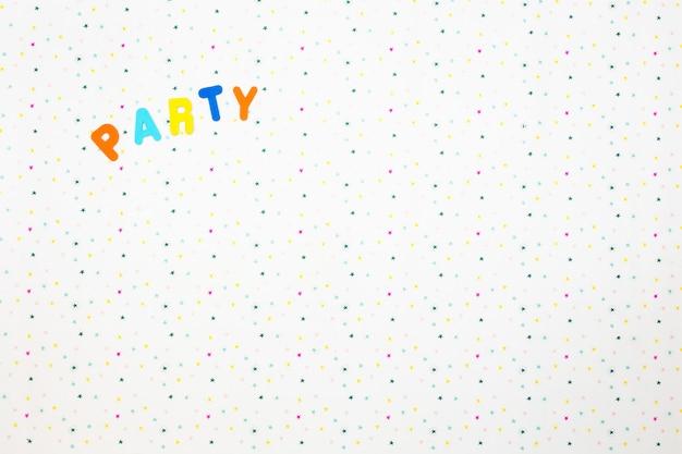 A palavra festa impressa em um fundo de várias estrelas coloridas, conceito de festa colorida