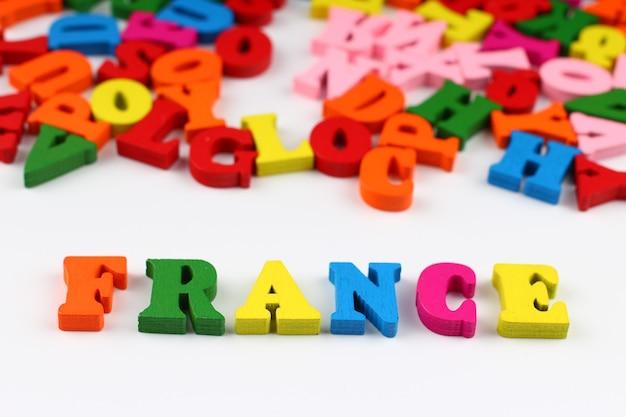 A palavra frança com letras coloridas