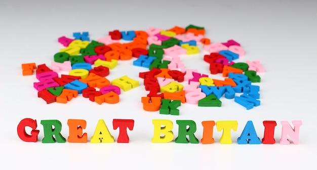 A palavra grã-bretanha com letras coloridas