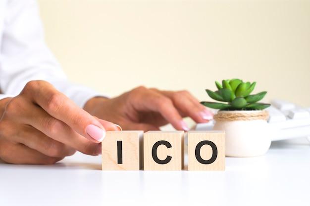 A palavra ico, escrita em cubos de madeira com letras sobre um fundo branco ico - abreviação de oferta inicial de moeda